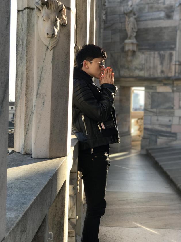 张杰在米兰历史古迹驻足