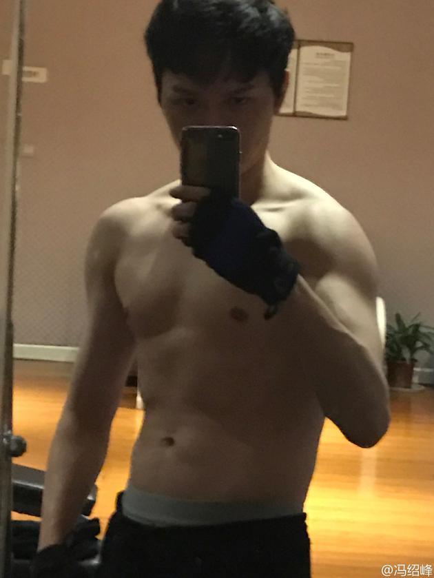 冯绍峰减掉肚腩练就一身肌肉