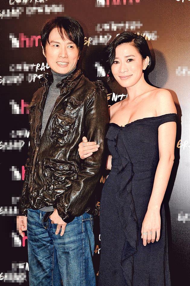 黄子华(左)与佘诗曼(右)