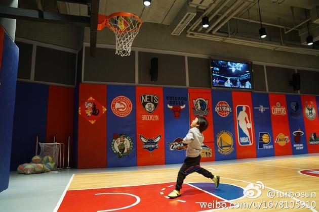 孙俪晒儿子打篮球照片