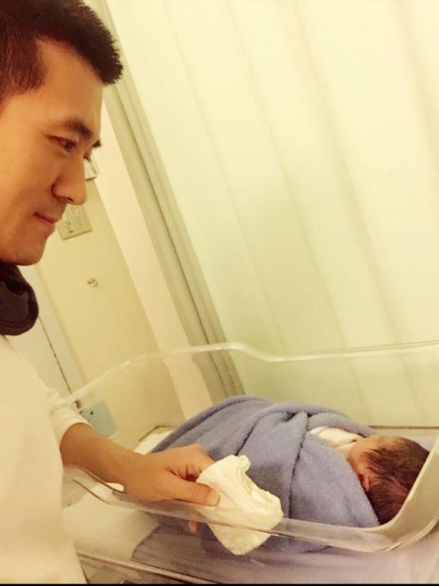 杨子为二胎儿子换尿布