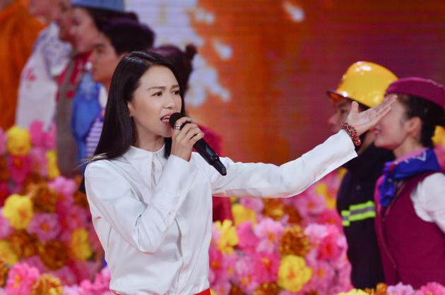 《不忘初心》,这也是谭维维连续两年登上央视春晚主舞台.