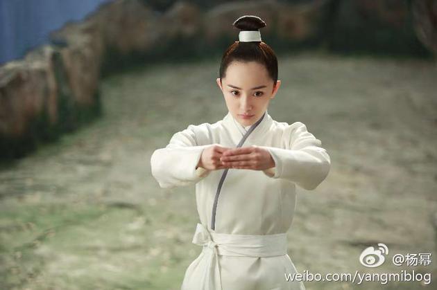 杨幂女扮男装,超高的发际线遭到网友吐槽。
