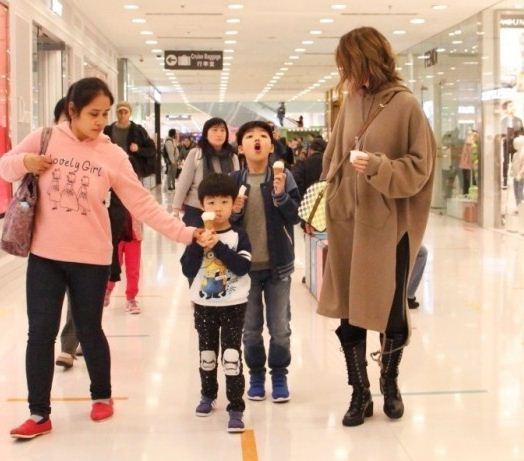 陈慧琳带两儿子买鞋