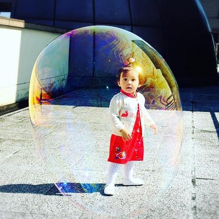 修杰楷吹出巨型泡泡 咘咘露囧脸