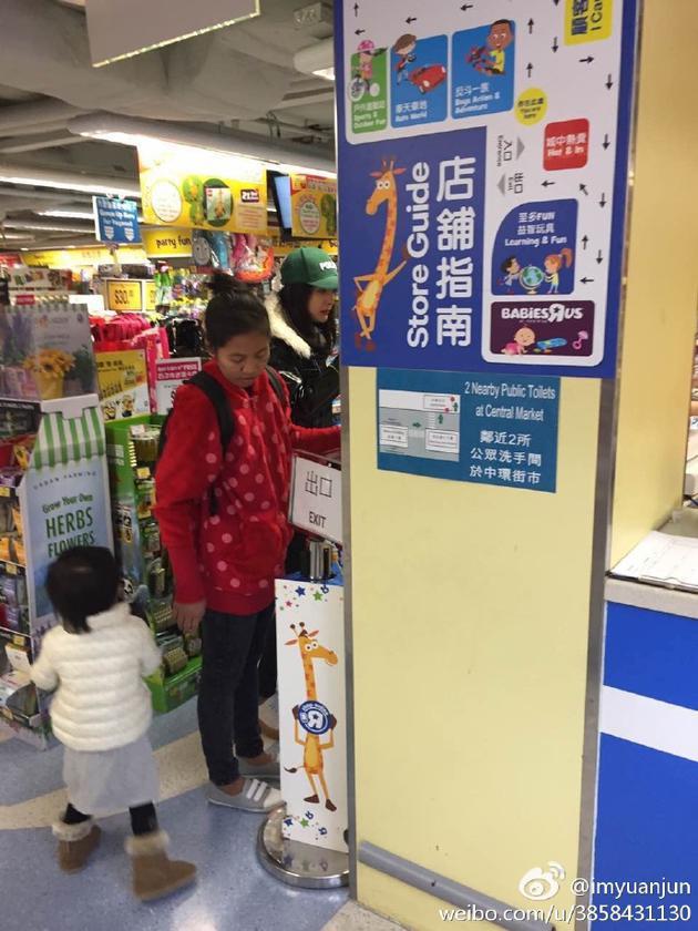 网友拍到杨幂与刘恺威在香港带小糯米逛街