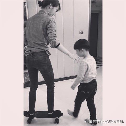 蔡依林陪外甥溜滑板
