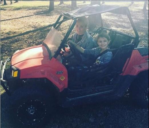 麦蒂所驾驶的越野车是她的生日礼物