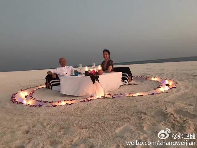 张卫健夫妇摆爱心享烛光晚餐