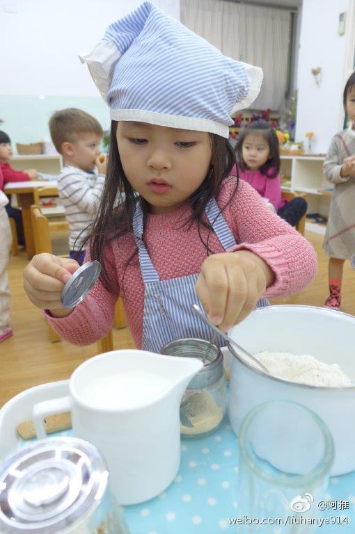 阿雅女儿学做面包长相清秀