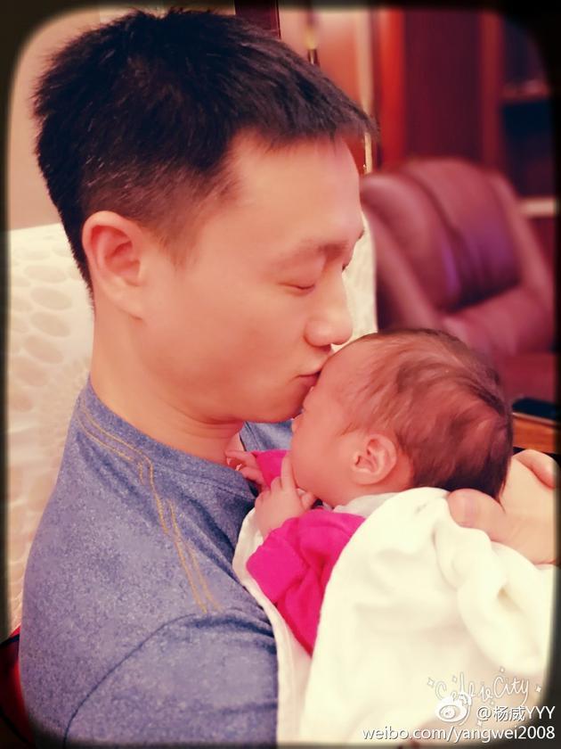 杨威亲吻女儿额头爱意无限