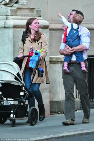 2016年9月,切尔西和丈夫马克·梅祖文斯基带着孩子出现在他们位于曼哈顿的公寓外
