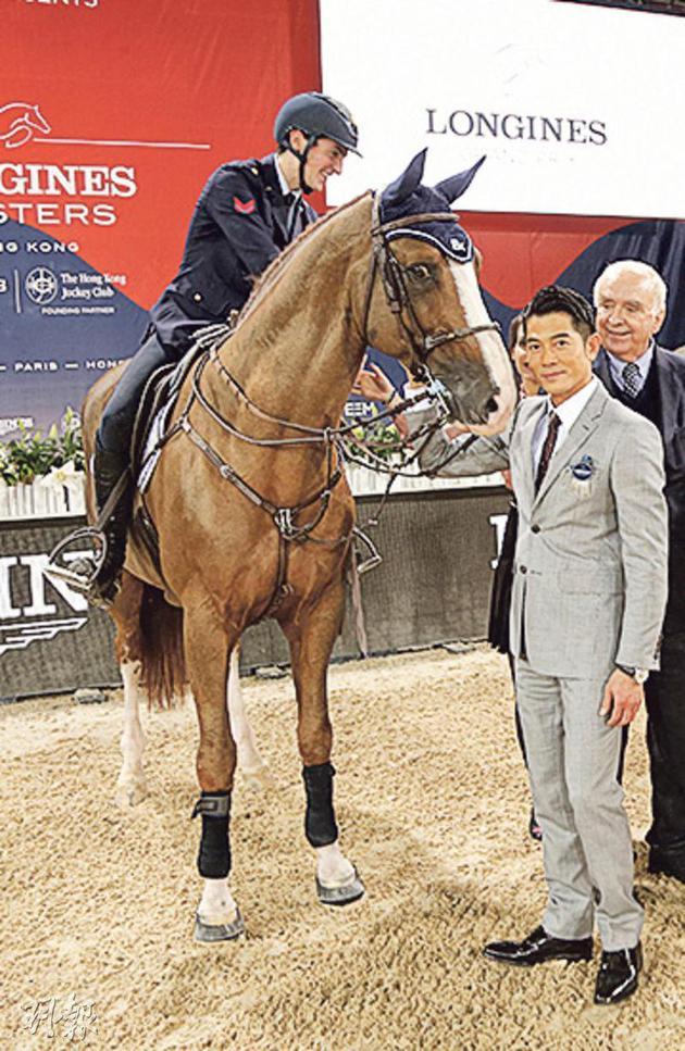 郭富城颁奖时险被其中一只马擦到他的脚,幸好他反应敏捷避开了。