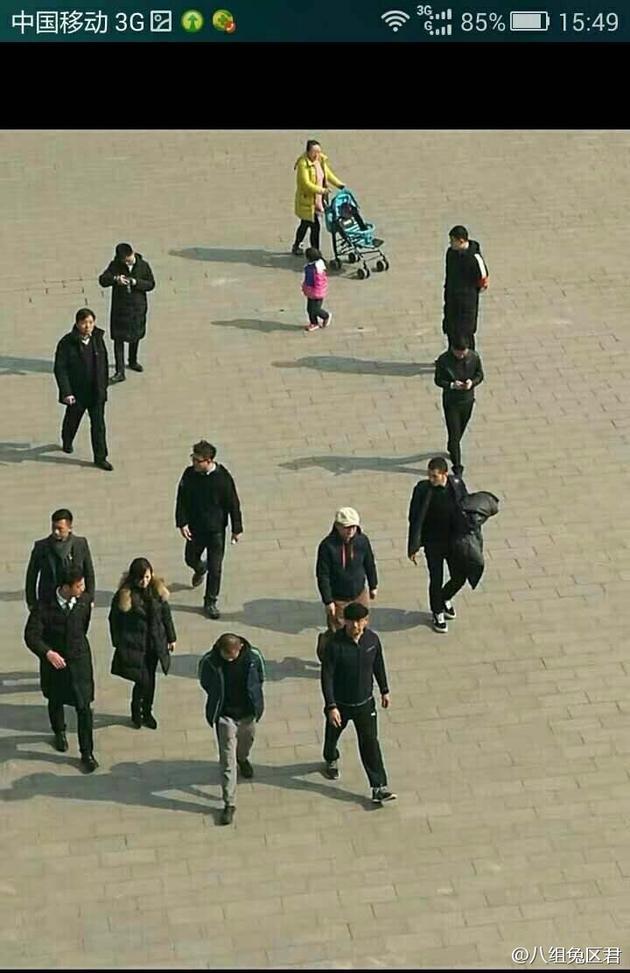 有网友曝出姜文和一众工作人员在某城墙选景的照片
