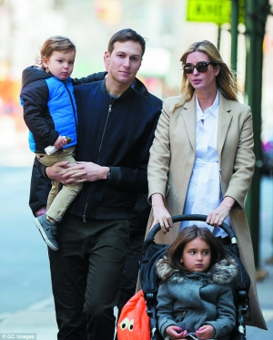 2016年3月,特朗普女儿伊万卡和丈夫库什纳带着两个孩子在纽约街头出现。