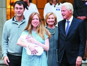 2014年9月,切尔西生下女儿后,和丈夫、父母出现在媒体面前。