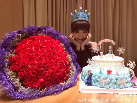 毛晓彤生日男友陈翔送99朵玫瑰
