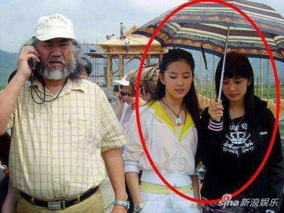 杨幂昔日为刘亦菲撑伞