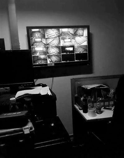 网上流传的影厅监控室画面和摄像头位置,和记者实地探访看到的差不多。