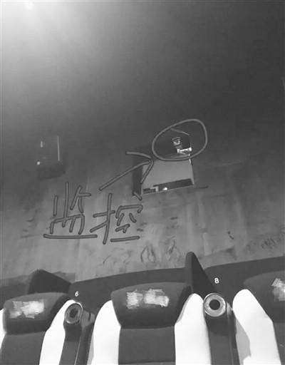 杭州不少影厅里确实有一只监控朝向观众背部,就装在最后排上方放映机位置