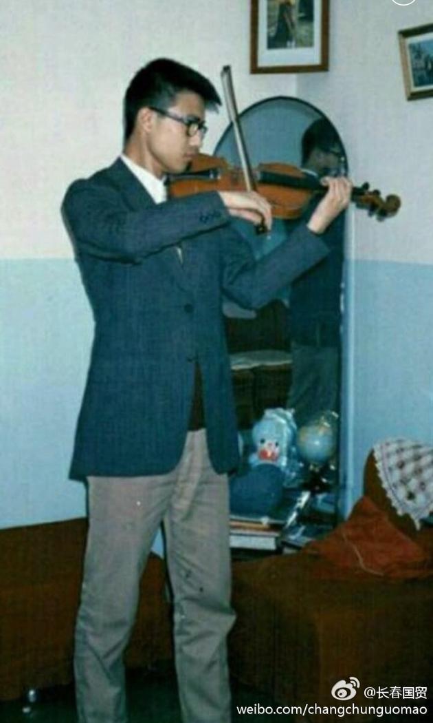 旧相片-   年轻时的照片.照片里的汪峰穿着西装与休闲裤,戴着黑框眼镜,留图片