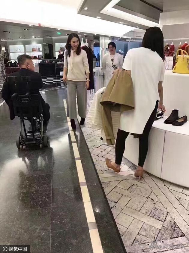 46岁阔太黎姿在巴黎商场扫货