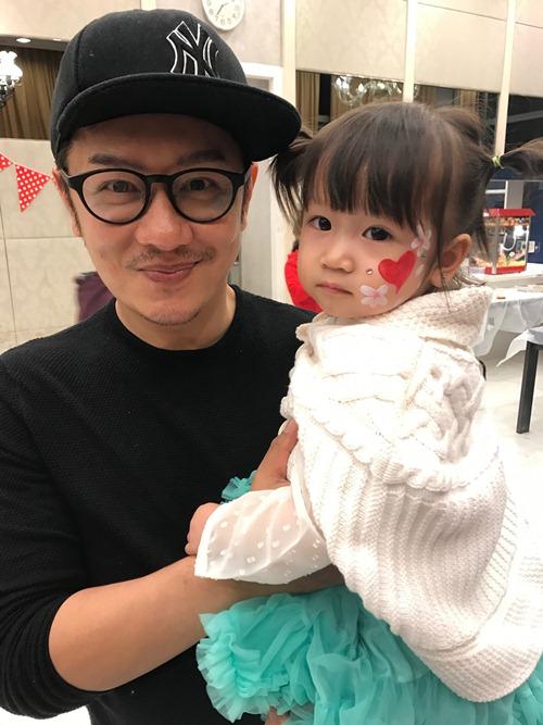 陈浩民与女儿出游照