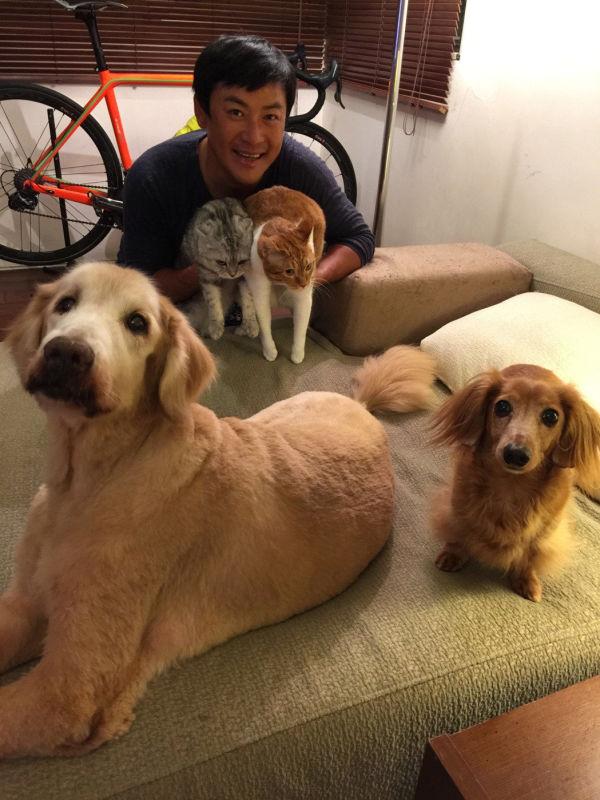 江宏恩与家中的四只毛孩