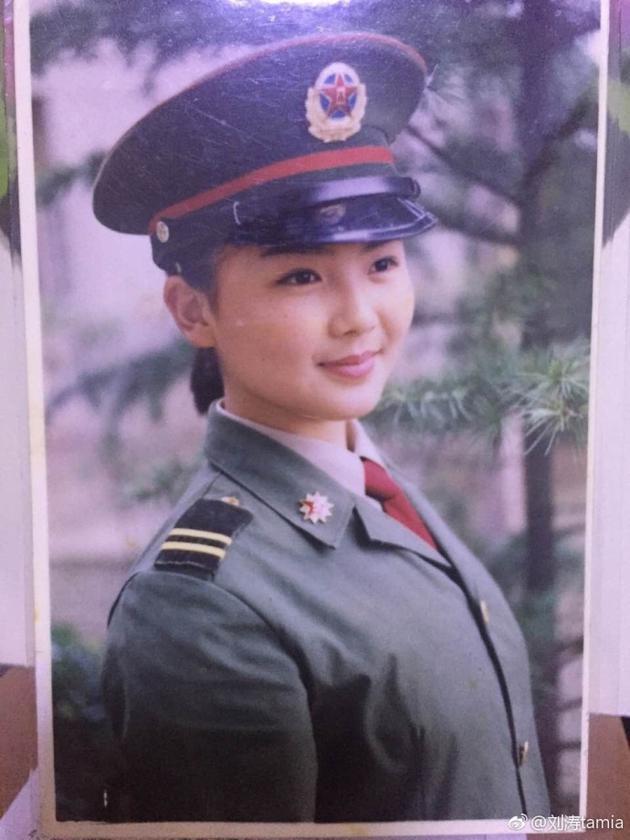 刘涛少女时期的军装照