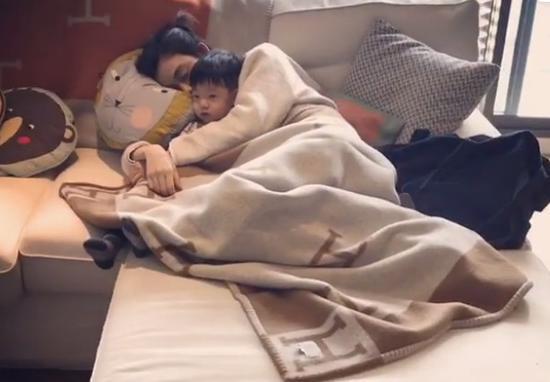 范玮琪抱着儿子睡去