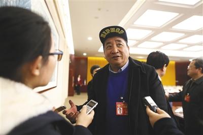 """3月5日,北京会议中心,全国政协委员姜昆接受记者采访时表示,讽刺艺术是相声的一种功能,要继续发扬,但需要把握讽刺的""""度""""。新京报记者 侯少卿 摄"""