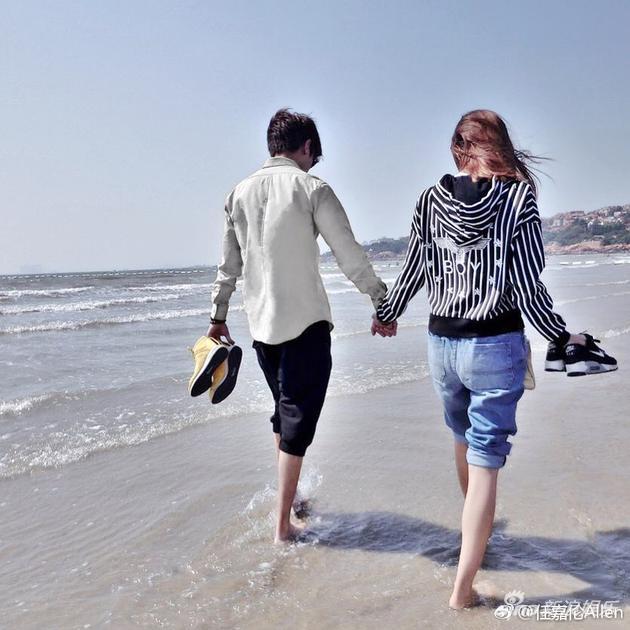 任嘉伦晒出与女友牵手照,漫步沙滩