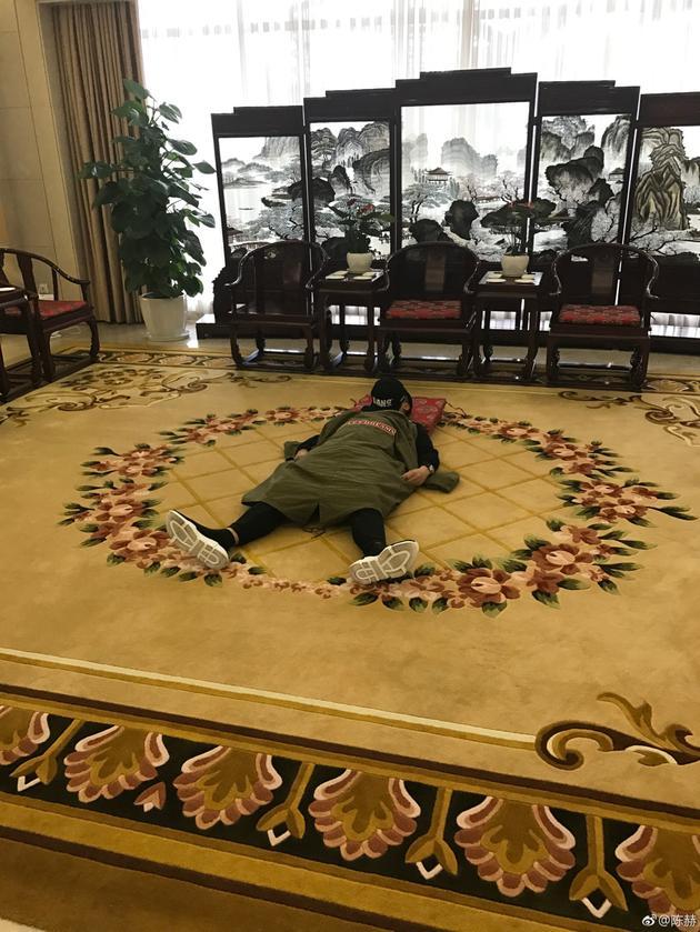 陈赫机场休息室席地而睡