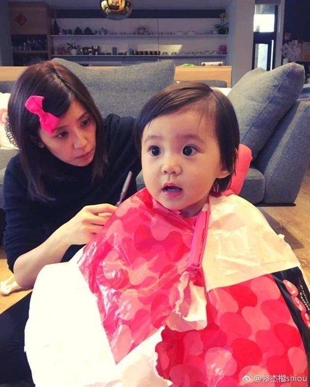贾静雯帮女儿理发