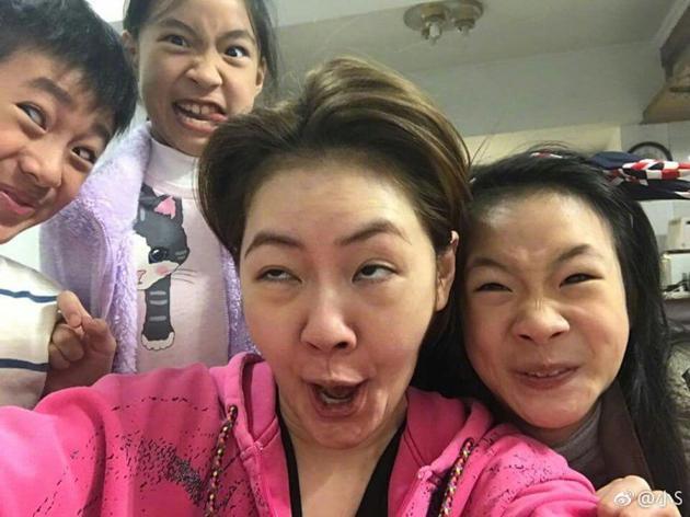 小S和三个女儿做扮鬼脸比谁丑