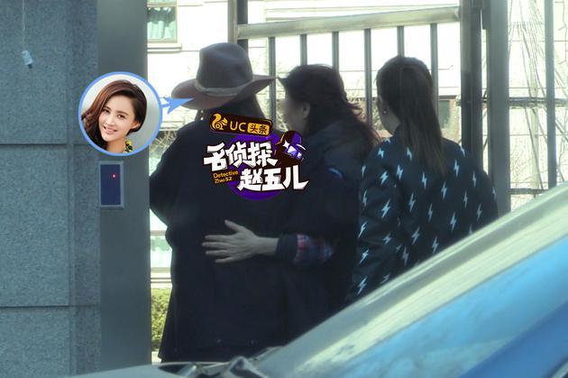 张歆艺与友人拥抱