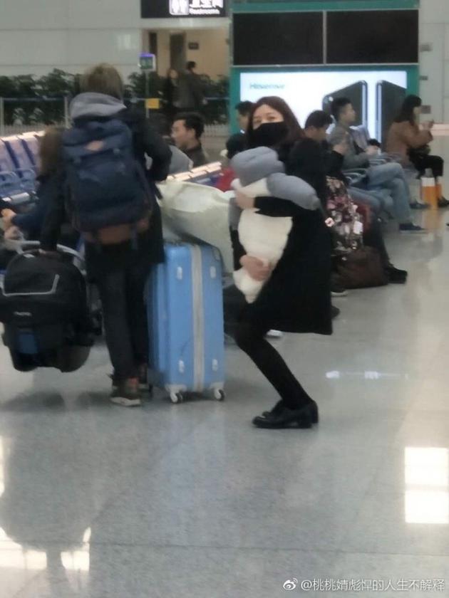 陈妍希带孩子现身合肥
