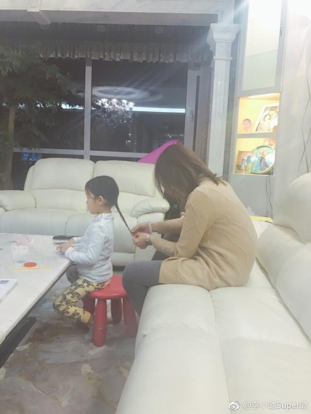李小璐妈妈为甜馨扎小辫
