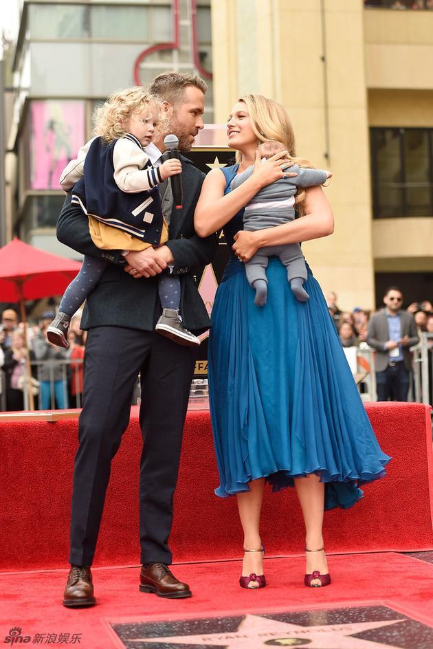 雷诺兹携妻子莱弗利、两个女儿留名星光大道