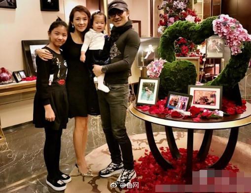 章子怡、汪峰、女儿醒醒以及继女小苹果(左一)