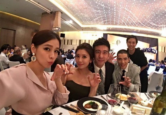 此前萧敬腾(右2)和经纪人(右1)一同出席何润东婚礼