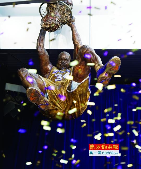 奥尼尔的扣篮铜像。这座铜像重约682公斤,展示了他双手暴力扣篮瞬间的英姿。