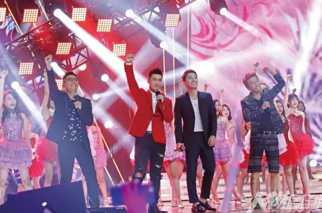 2016年,胡海泉(左)、黄晓明(左二)、陈羽凡(右)在《加油!美少女》总决赛上表演