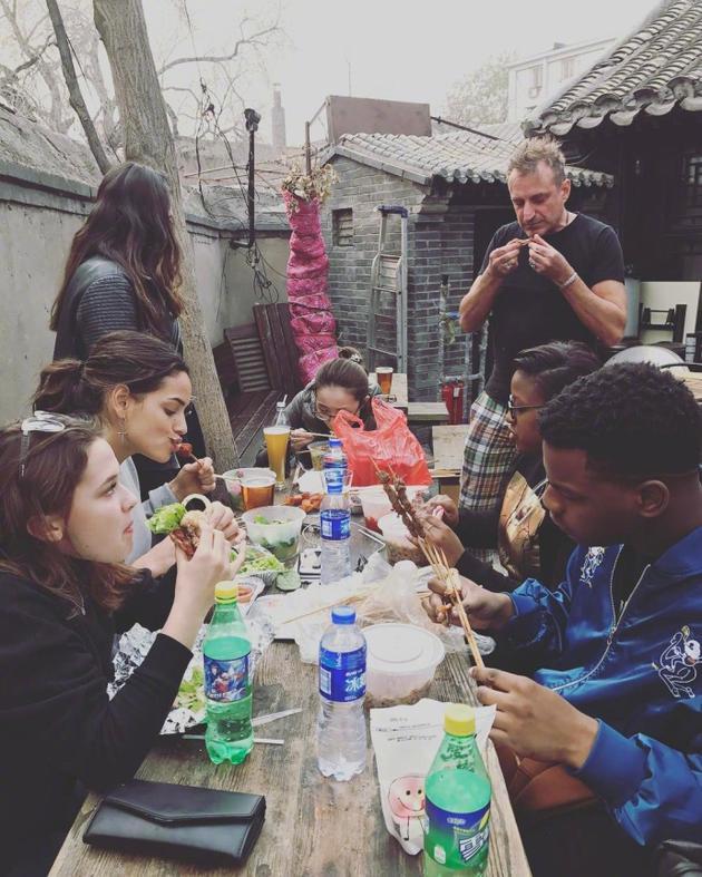 约翰·波耶加与剧组一起吃着羊肉串配啤酒