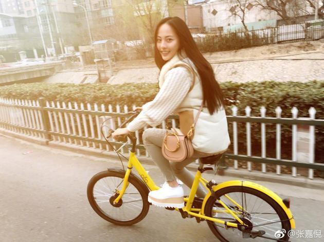 张嘉倪骑单车