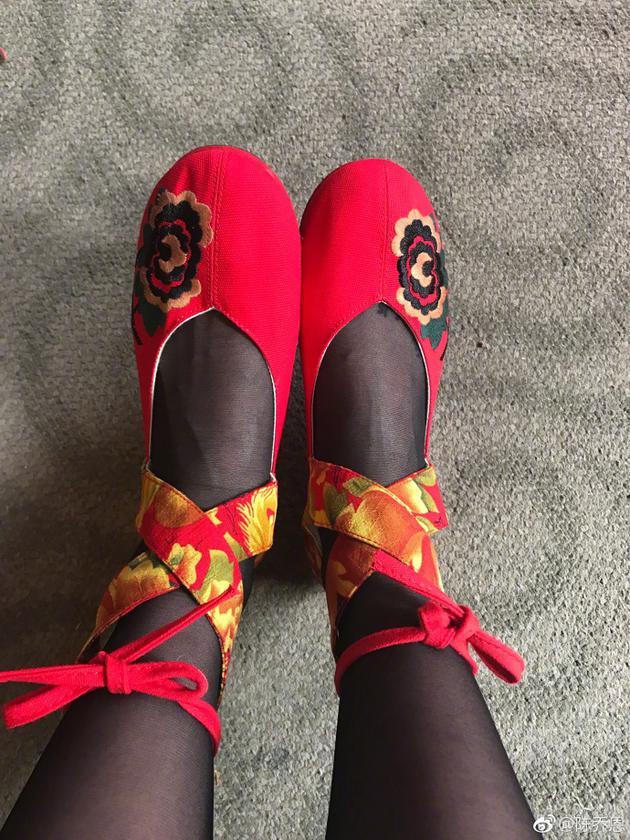 诡异红鞋配黑丝