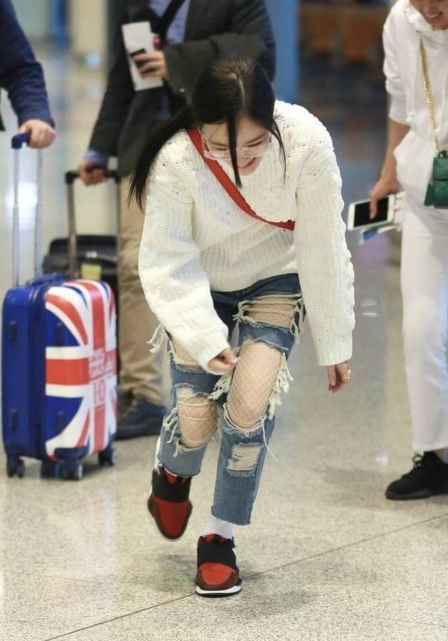 李小璐现身机场不慎摔跤起身后捂脸羞涩笑