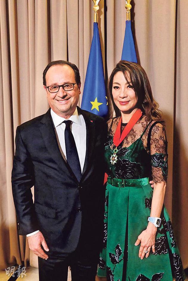 杨紫琼(右)获法国政府颁发荣誉军团勋章的司令官勋衔,由法国总统奥朗德(左)负责颁发