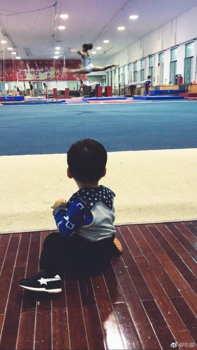 刘璇带儿子重回体操馆