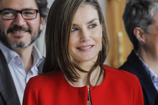 西班牙王后红装出镜美艳十足
